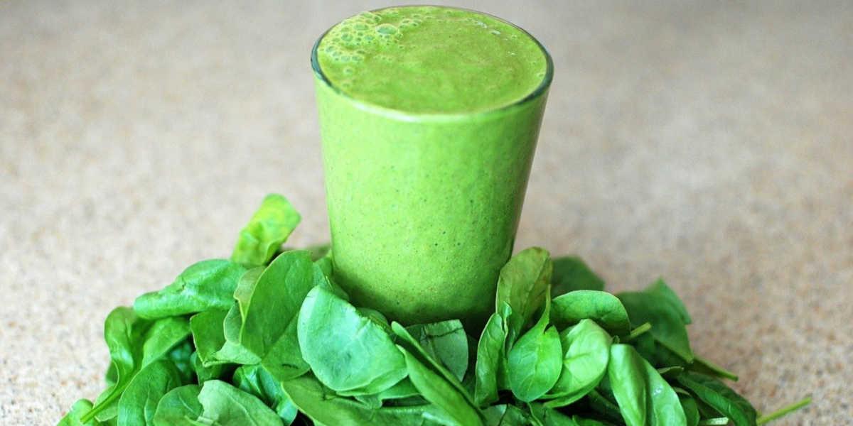 grüner Smoothie - Spinat-Smoothies und roher Spinat maximieren die Magnesiumaufnahme