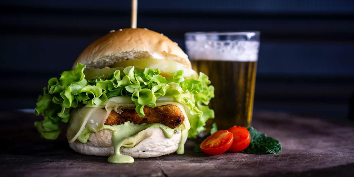 Sie werden mehr Gewicht zunehmen, wenn Sie Burger essen beim Bier trinken, als nur durch das Bier alleine