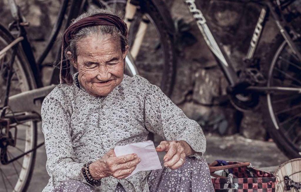Ältere Frau lächelnd