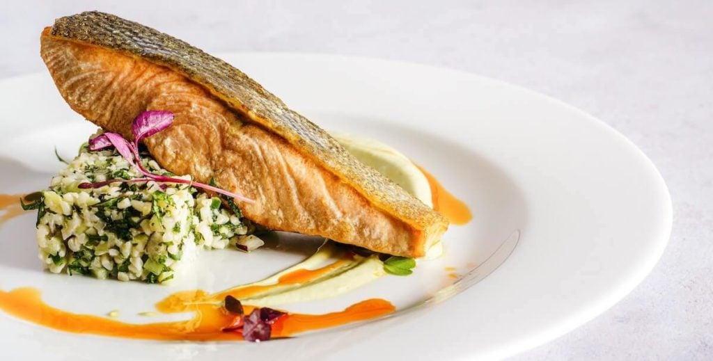 köstlicher gebratener Lachs, der reich an Omega-3-Fettsäuren ist
