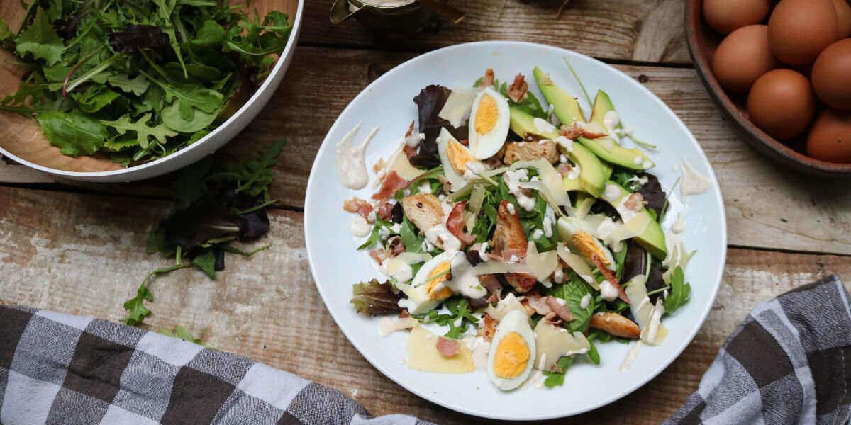 Caesar-Salat ist ein Keto Grundnahrungsmittel und eine perfekte Mahlzeit, um Sie in Ketose zu versetzen